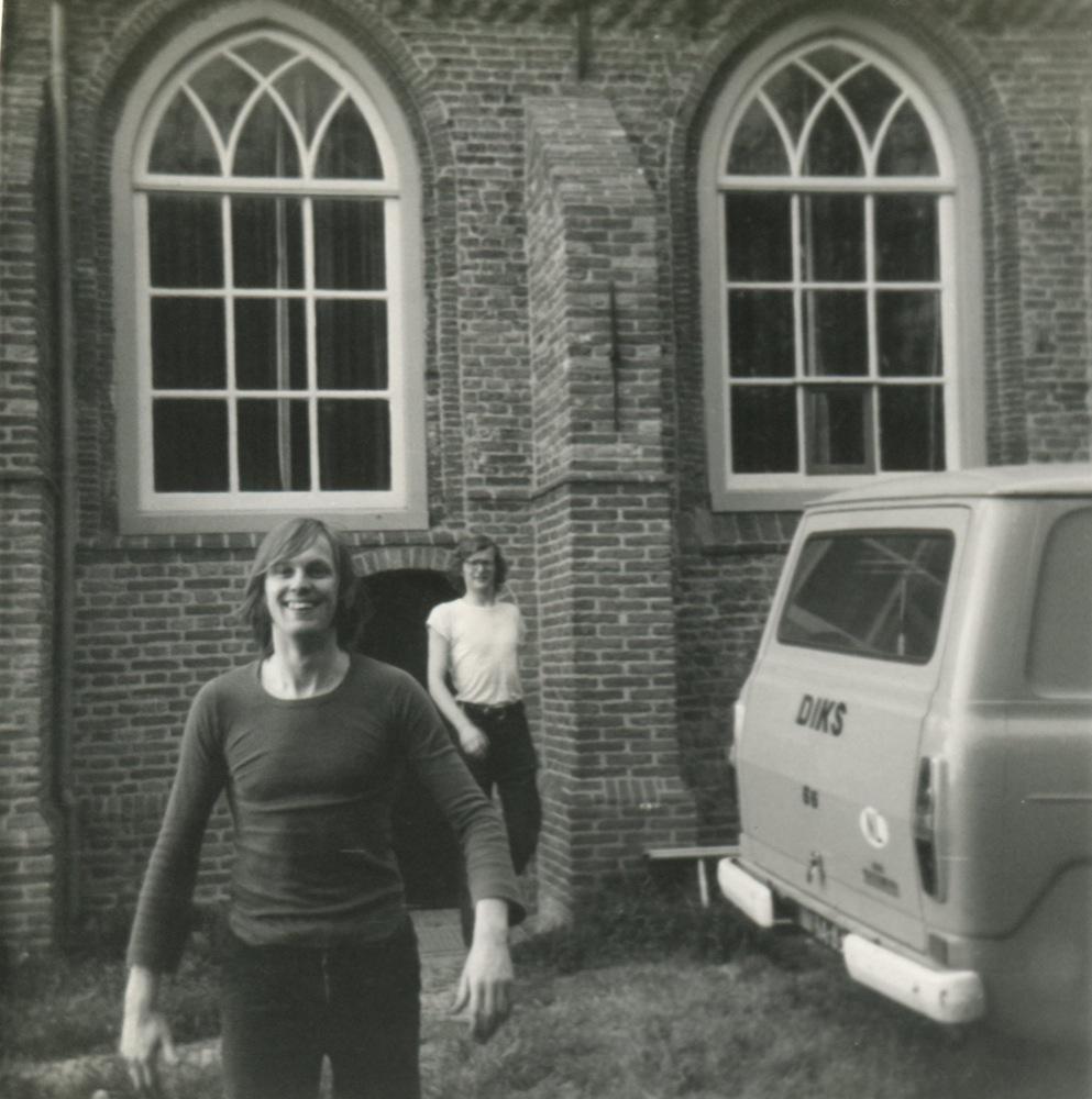 Bram Vermeulen voor het theaterkerkje in Wadway, 1970.