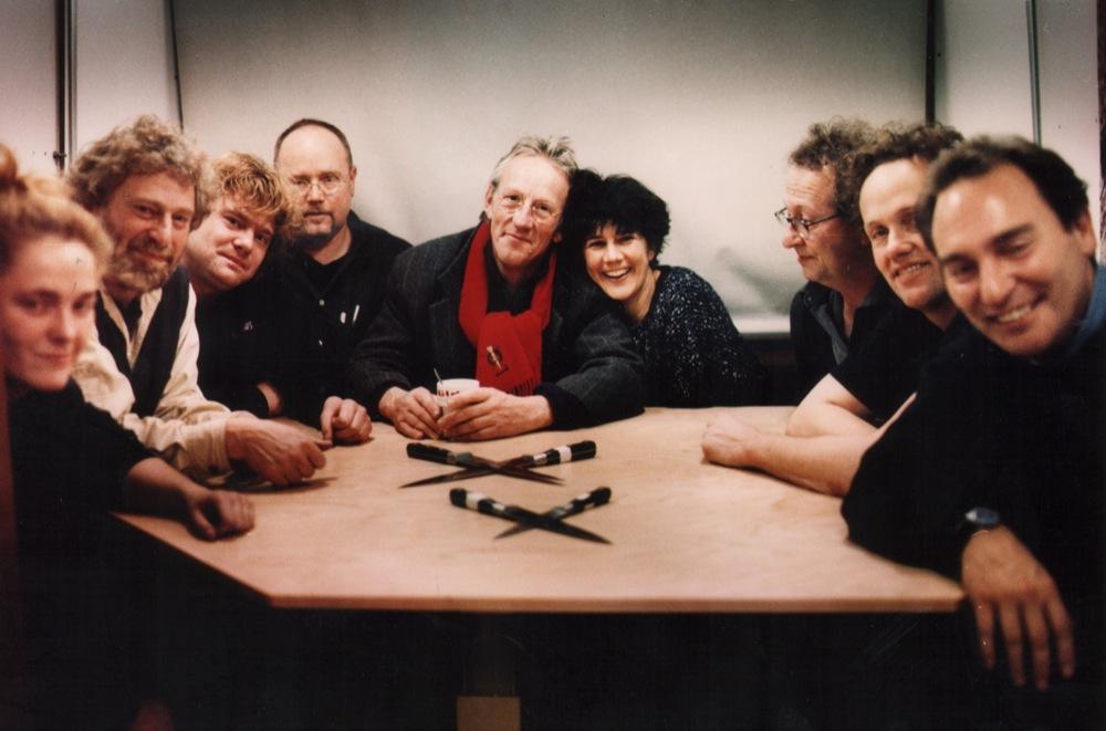 De crew. Van links naar rechts: Pauline Mouw (lichtassistente), Jan en Paul Schuurman (tv-opname), Paul Telman (geluid), Freek, Hella, Jop Pannekoek (regie), Tom Telman (lichttechniek), George Visser (Mojo Theater, boekingen)