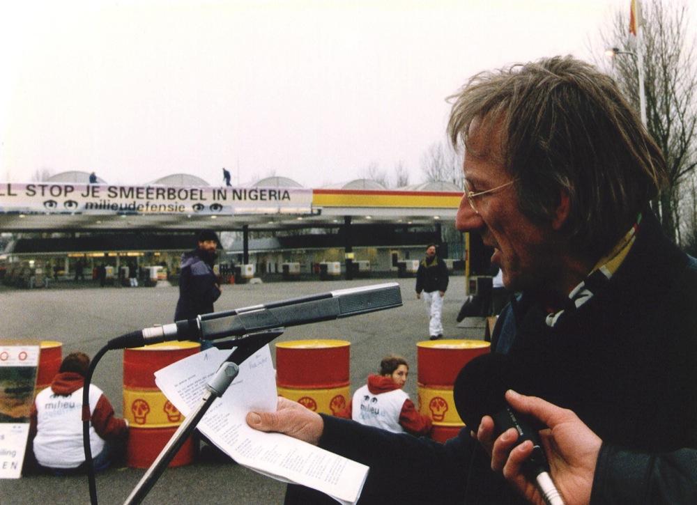 Blokkade van een Shell-tankstation bij Nieuw-Vennep langs de A4 door leden van Milieudefensie.