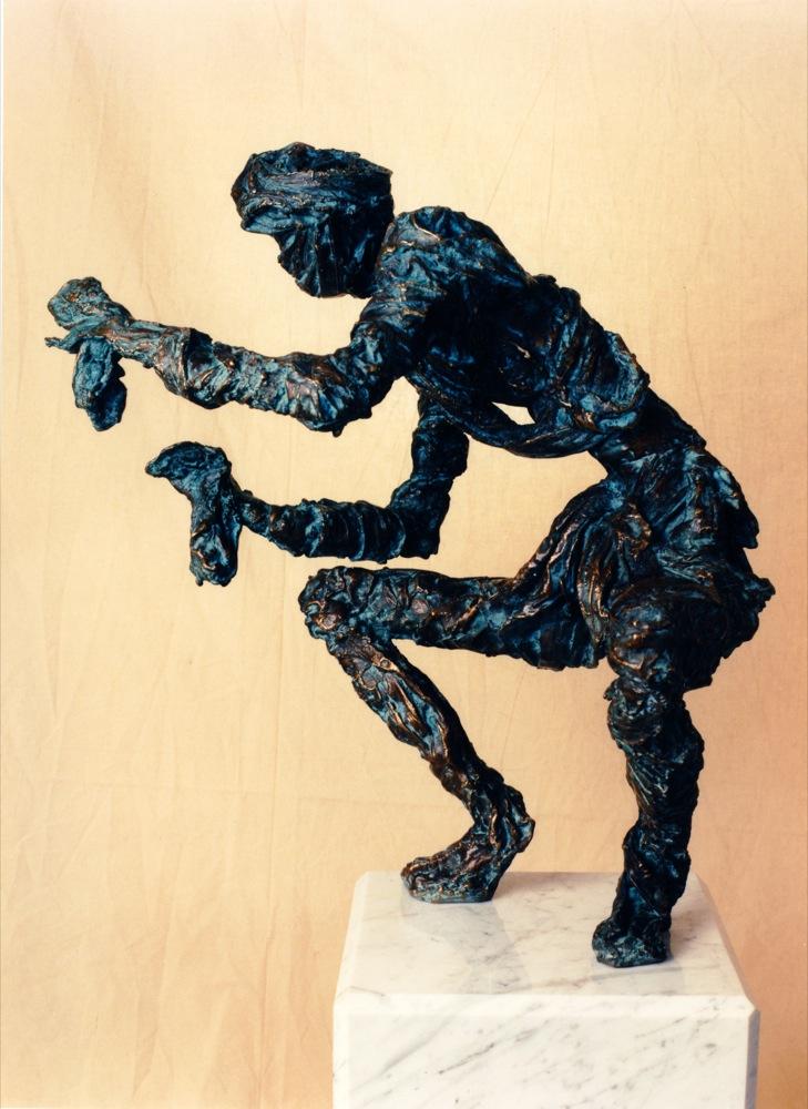 Het beeld De Wachter van Hella de Jonge dat onderdeel uitmaakte van het decor van De Tol