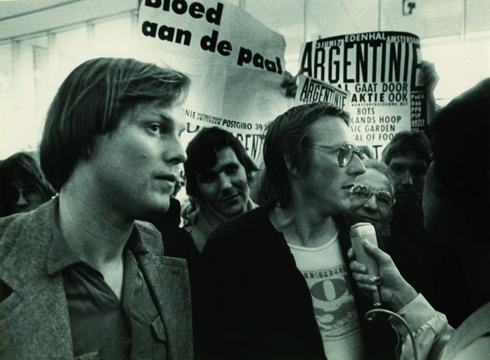 Bram en Freek tijdens de actie 'Bloed aan de Paal', tegen de deelname van het Nederlands elftal aan het WK van 1978.