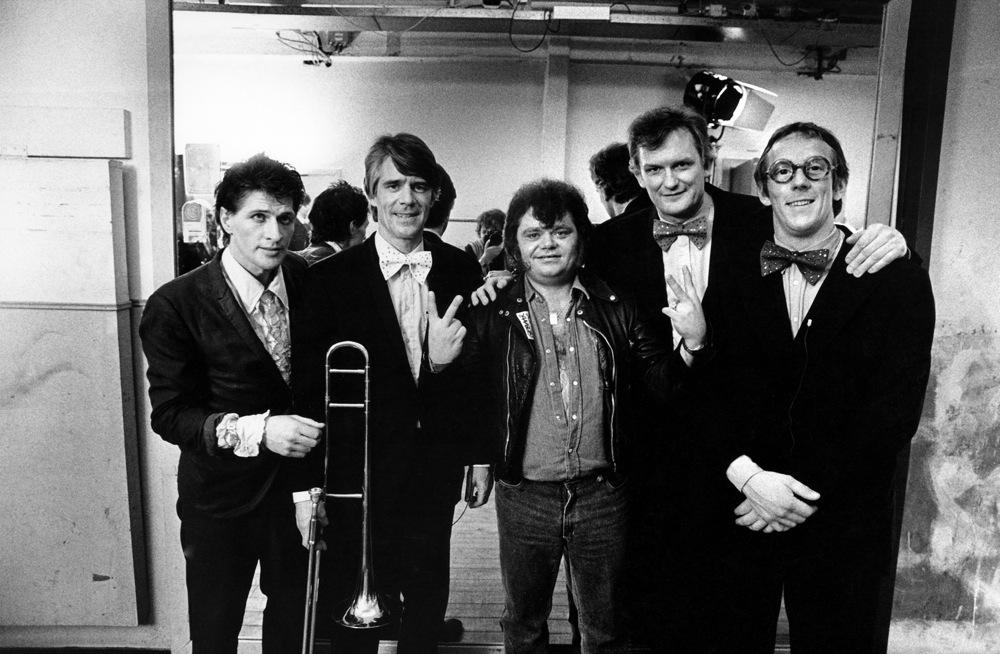 André Hazes (midden) werkt mee omdat hij dan met Herman Brood (links) een duet kan zingen.