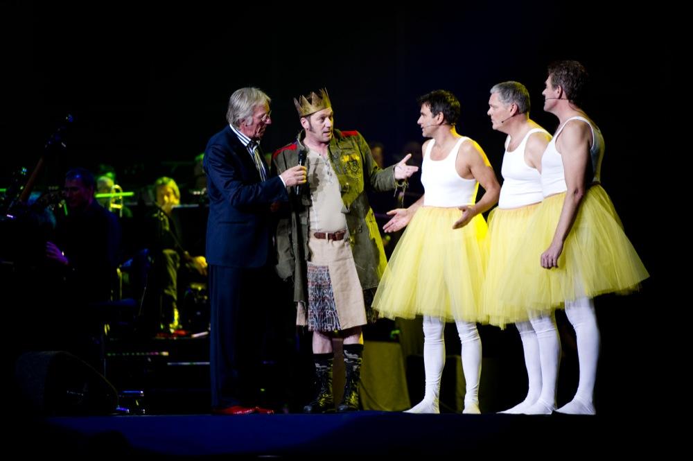Tijdens de actie-avond Leve de Beschaving met Gijs Scholten van Aschat en de leden van cabaretgroep Niet Uit Het Raam. Op de grote foto van links naar rechts Viggo Waas, Joep van Deudekom en Peter Heerschop.