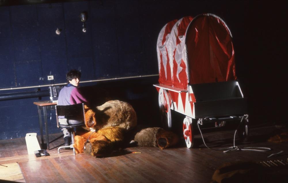 Hella de Jonge repareert in de coulissen de leeuw uit de voorstelling.