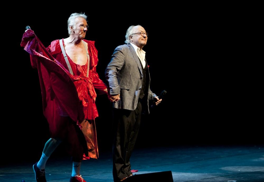 Het duo-optreden met Youp van 't Hek, als grote verrassing bij het afscheid van Rob Wiegman, directeur van het Nieuwe Luxor Theater in Rotterdam. Ze zingen samen het musicallied Vluchten kan niet meer.