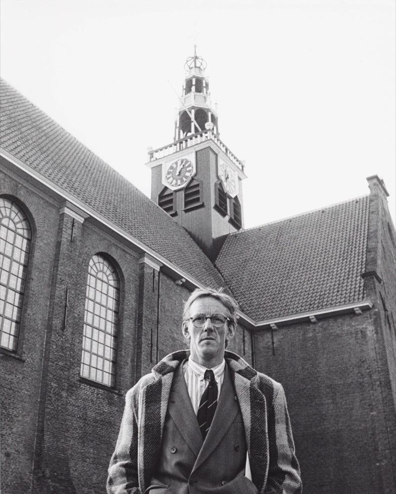 Voor de Westzijderkerk bij de presentatie van zijn boek Zaansch Veem, 1987.