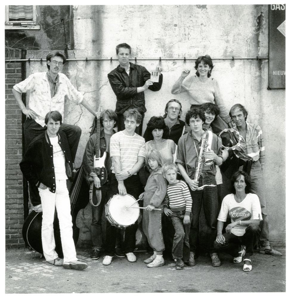 Samen met De IJsbrekers, met in het midden Roos (met trommelstokken), Hella en Jelle de Jonge, 1981.