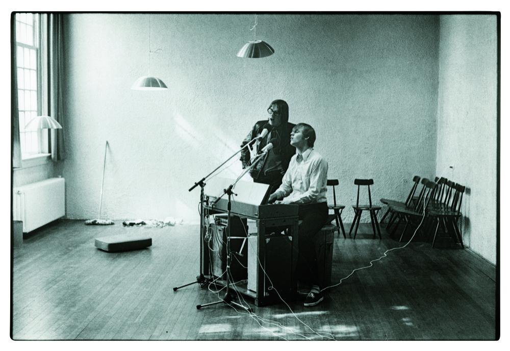 Bram en Freek repeteren bij de Amsterdamsche Vrouwelijke Studenten Vereniging aan de Raamgracht, 1968.