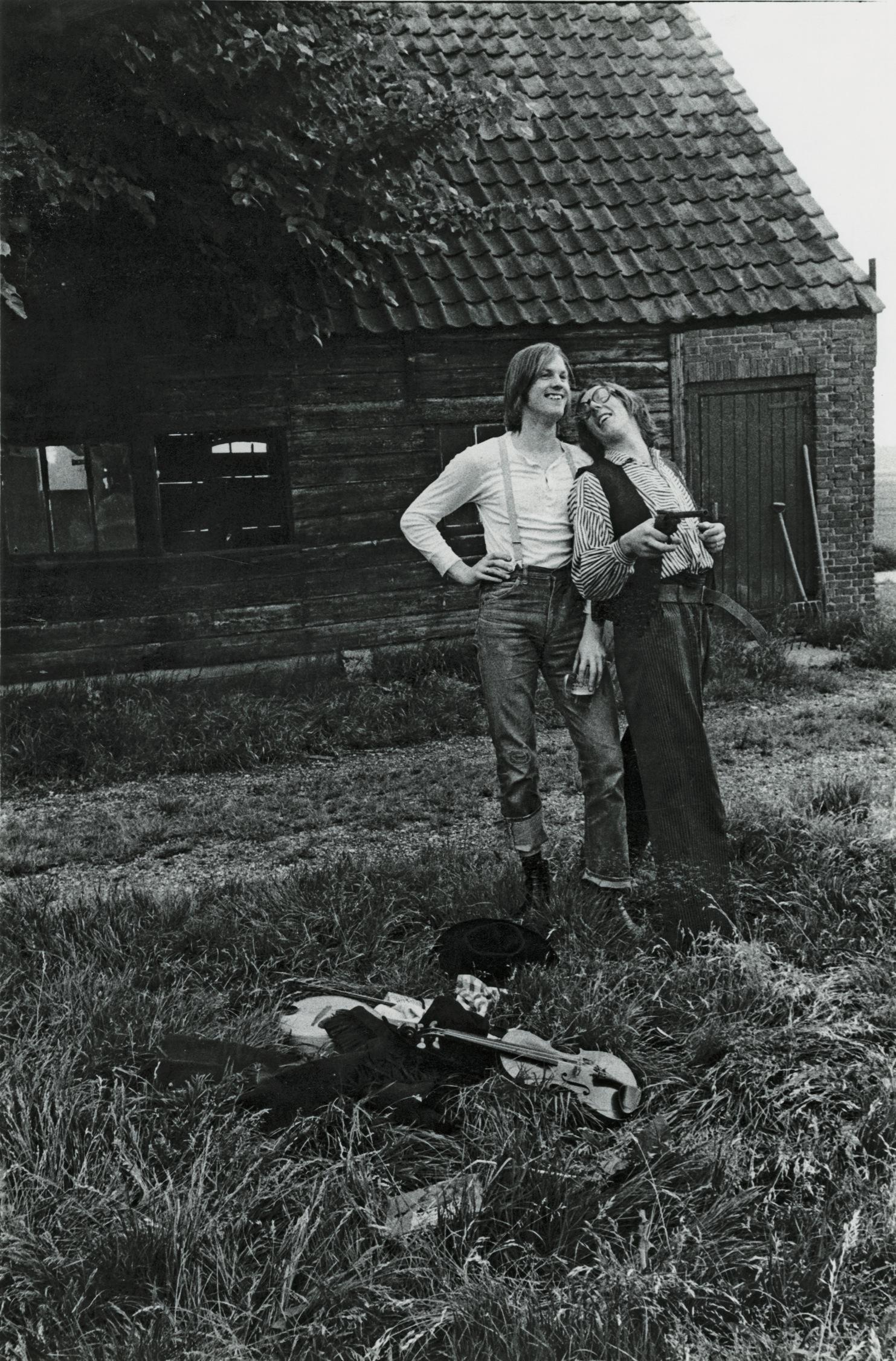Neerlands Hoop tijdens een fotosessie voor de verzamel-lp '28 liedjes van Bram en Freek', 1975.