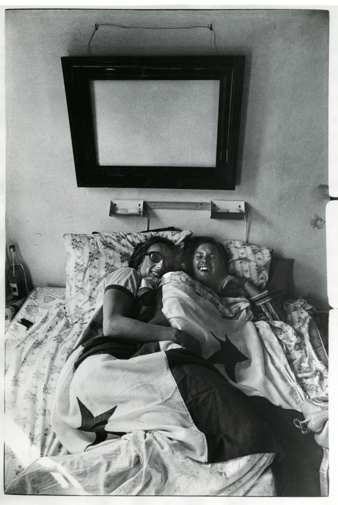 Publiciteitsfoto die in bed moest worden gemaakt omdat Freek een hersenschudding had opgelopen.