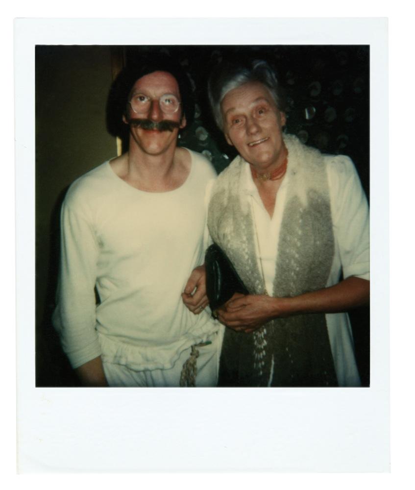 Na afloop van de voorstellingen van De Komiek ging Freek met zijn gasten op de (Polaroid)foto. Hier met zijn moeder.