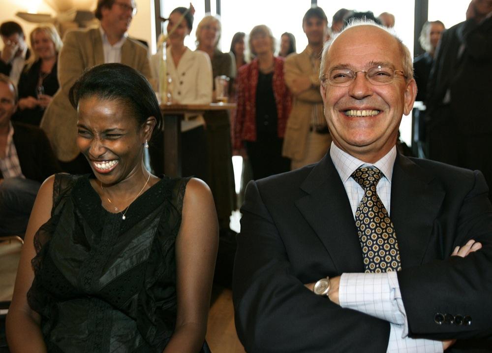 Ayaan Hirsi Ali en toenmalig minister Gerrit Zalm tijdens de presentatie van de autobiografie De Vrijheid van eerstgenoemde.