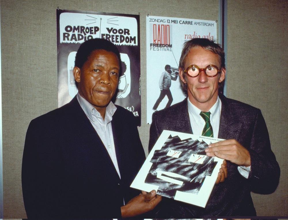 Uitreiking van het eerste exemplaar van de lp aan Selebano Natlhape van het African National Congress.