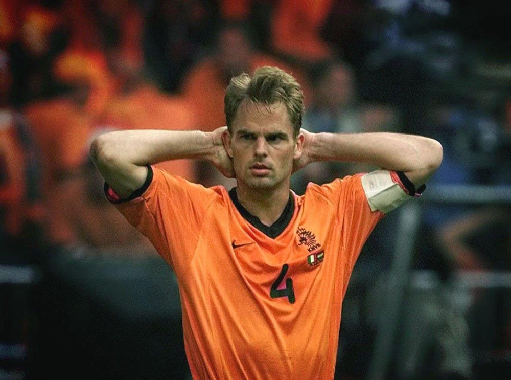 Frank de Boer mist een strafschop tijdens de halve finale van Euro2000 tegen Italië en is zichtbaar teleurgesteld.