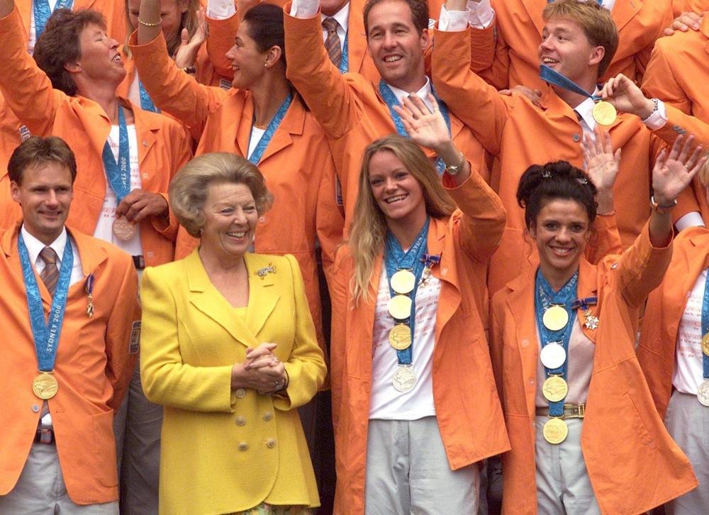 Koningin Beatrix ontvangt de medaillewinnaars van de Olympische Spelen in Sydney. Zwemmer Pieter van den Hoogenband won daar twee keer goud.