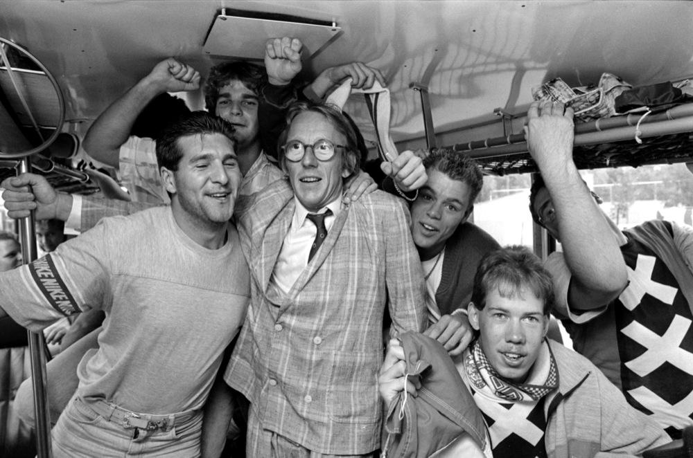 Met Ajax-supporters als 'ordebewaker' in de bus op weg naar PSV, 1987.