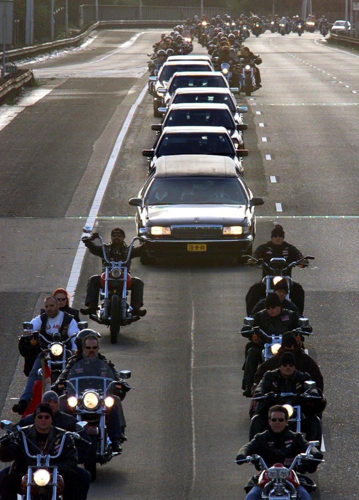 Hell's Angels begeleiden in Amsterdam de begrafenisstoet van de vermoorde crimineel Sam Klepper.