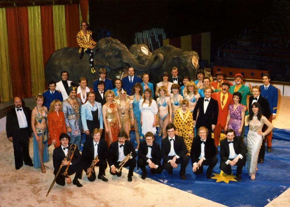 Alle medewerkers van het Kerstwintercircus, met in hun sterrenpakken Freek en  Jelle de Jonge.