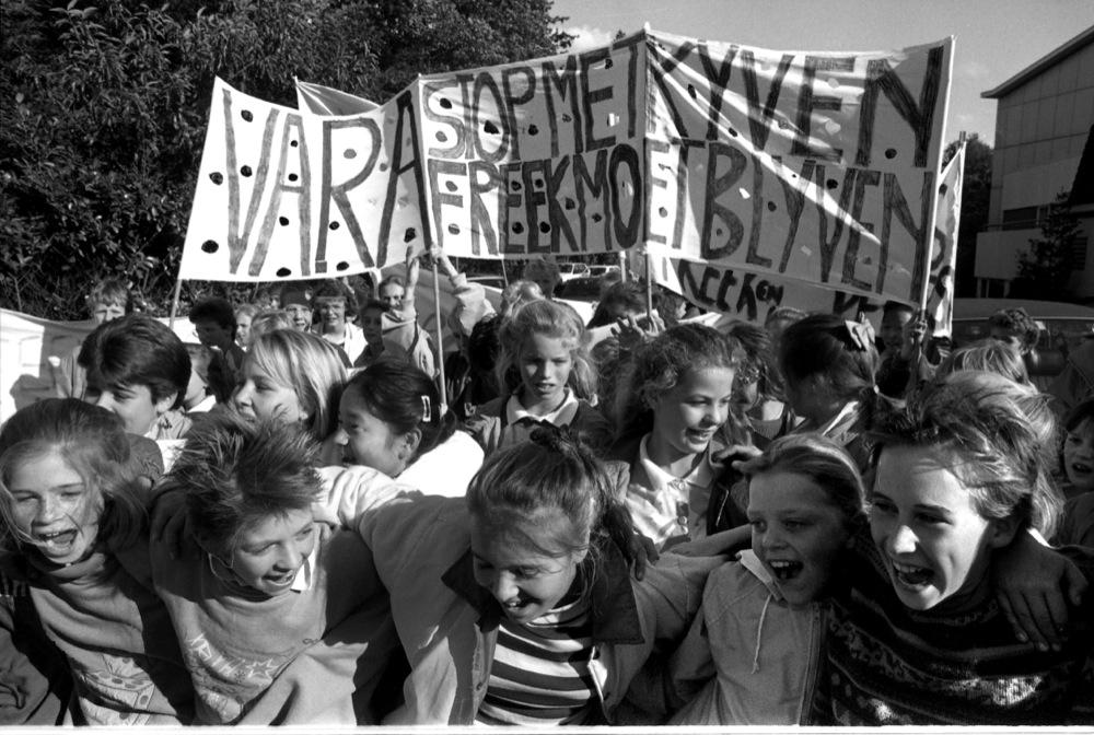 Jelle de Jonge (tweede van links) voert met leeftijdgenootjes actie: Freek moet blijven als presentator van Kinderen voor Kinderen.