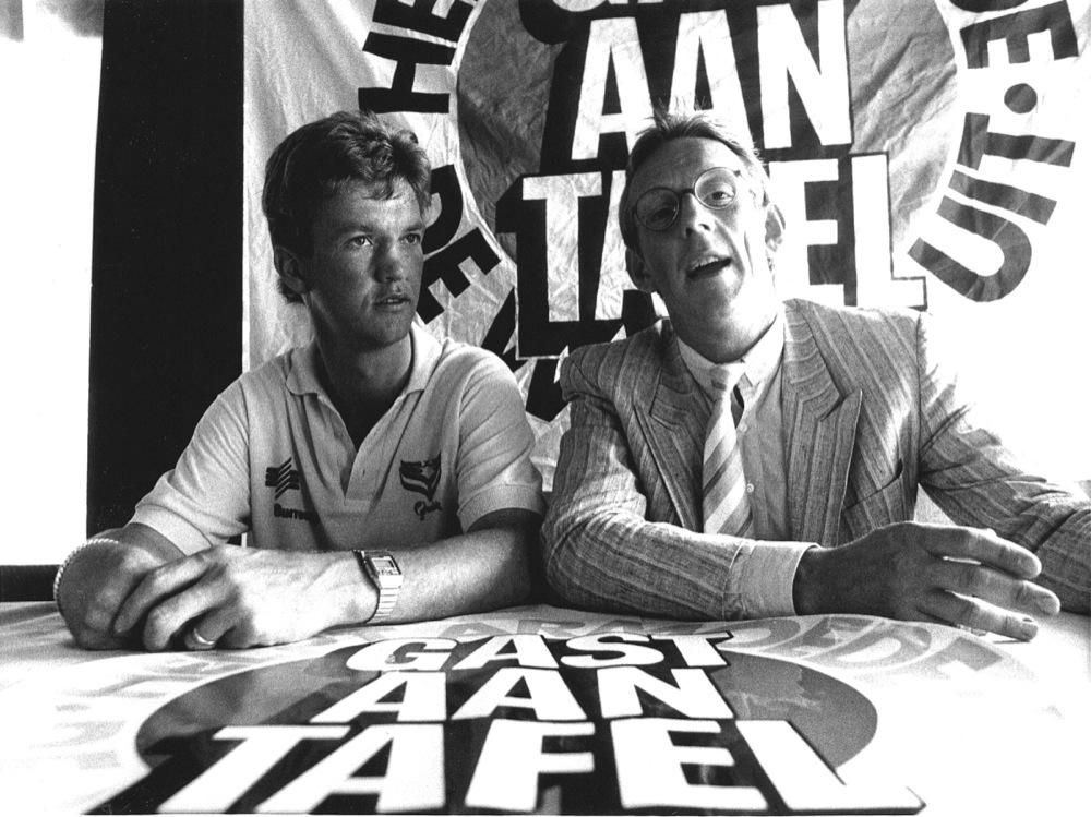 Met Louis van Gaal, destijds speler van AZ, tijdens de presentatie van de NOVIB-actie, 1986.