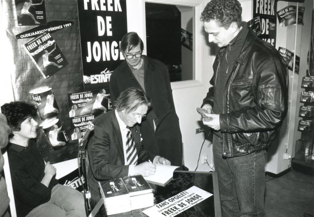 Freek de Jonge verkoopt zijn eigen werk na een voorstelling.